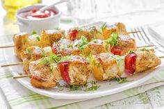 18 easy meals under 300 calories--Chicken kabobs:  With spring on the horizon, it's time to crack out the grill and start barbecuing some kabobs! Chicken, turkey, beef or fish make excellent choices. Be sure to alternate a cube of meat with a cube of vegetable, and to amp up the flavor try marinating the kabobs for an hour in a mixture of olive oil, lemon and herbs.