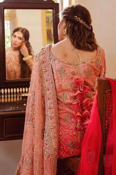 Pakistani Mehndi, Pakistani Bridal Wear, How To Look Classy, How To Look Pretty, Golden Dupatta, Mehndi Brides, Maroon Color, Dress Making, Indian Fashion
