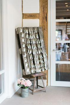 #sitzplan Sitzplan für Hochzeit mit Palette - Kreative Sommerhochzeit mit tollen Ideen für Kinder | Hochzeitsblog The Little Wedding Corner