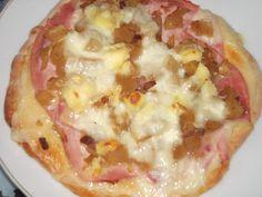 Ingrédients: 1 pate à pizza http://lacuisinedefanie.over-blog.com/2015/11/croustipate-a-pizza-dukan.html 2 tranches de jambon découénné et dégraissé 1/3 de patisson blanc 1 oignon 20g de lardons de volaille 3 cuillères à café de cancoillotte 3 carrés...