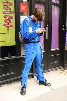 Street Style Leo Faria Londres masculino com macacão azul, bolsa xadrez vermelha Mood, Blue Jumpsuits, Chess, Purse, Big Ben London