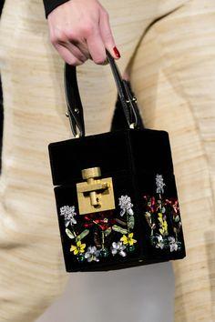 Oscar de la Renta at New York Fashion Week Fall 2018 - Details Runway Photos Suede Handbags, Purses And Handbags, Fashion Handbags, Fashion Bags, Handbag Patterns, Unique Bags, Best Bags, Vintage Bags, Couture