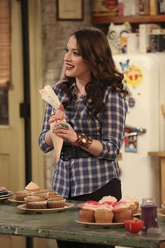 Who's looking forward to the 2 Broke Girls finale?
