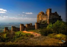 Very close to the Somontano wine region (featured in our Spanish wine odyssey tour) in Huesca you´ll find the absolutely mystical castle of Loarre. This castle complex dates tot he 11th century and is Unesco protected.
