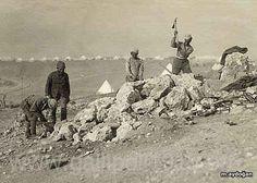 İngiliz askerlerinin gözetiminde iş yaptırılan, taş kırdırılanlar Türk esirleri. Ulsan, Ottoman Empire, World War I, Ottomans, Wwi, Victorious, Besties, Istanbul, Military