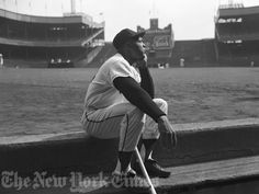 Willie Mays sits in the dugout at the old Polo Grounds during the Giants last season in New York before heading out West to San Francisco. Willie Mays, Giants Baseball, Sports Baseball, Baseball Players, New York Mets, New York Giants, Polo Grounds, Baseball Photos, Baseball Cards