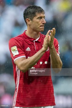 Robert Lewandowski, Sports Celebrities, Arsenal Football, Soccer Players, Physical Activities, Competition, How To Remove, Exercise, Baseball Cards