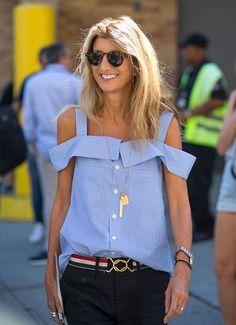 Блузка с открытыми плечами на женщине средних лет