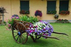 Garden Yard Ideas, Garden Projects, Garden Art, Garden Design, Flower Planters, Garden Planters, Wheelbarrow Planter, Flower Cart, Deco Floral