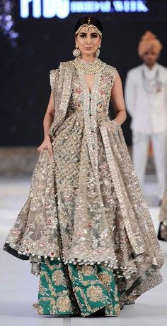 ideas for bridal dresses pakistani color combos saris Indian Bridal Wear, Pakistani Wedding Dresses, Pakistani Outfits, Indian Dresses, Indian Outfits, Dress Wedding, Ethnic Fashion, Asian Fashion, Indie Mode
