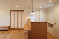 和モダンに北欧をミックスした住まい|兵庫県加西市の施工事例 Divider, Room, Furniture, Home Decor, Bedroom, Rooms, Interior Design, Home Interior Design, Arredamento