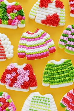 Make ugly Christmas sweater cookies the easiest way, with a cake box sugar cookie recipe and learn how to decorate ugly Christmas sweater cookies. Sugar Cookie Dough, Sugar Cookies Recipe, Cookie Recipes, Cheap Clean Eating, Clean Eating Snacks, Food Styling, Making Ugly Christmas Sweaters, Ugly Sweater Cookie, Frozen Cookies