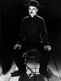 """ゝ。A Wonderful photograph from a 1922 photo shoot by James Abbe :: Charlie Chaplin is in his costume for his film """"The Pilgrim"""" that would be released in 1923.。"""