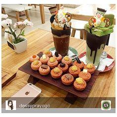 Lovely Saturday Nite =  Monster Matcha Monster Chocco  Kue Cubit AADC  #stickee #stickeebali #kuecubit #kuecubitbali #kuecubitenak #kuecubitsetengahmatang #monstermilkshake #milkshakemonster #freakshakes #crazyshakes #crazymilkshake #greentea #chocolate #aussie #ladyironchef #dessertshake #dessert #bali #baligo #balinow #balicafe #balifoodies #balibible #thebaliguideline #balibucketlist #epicurina #deliciousbali  #kulinerbali #kulinerbandung #kulinerjakarta by @dessyprayogo by stickeebali