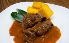 Carne de res cocinada en vino tinto con ajo, romero y pimienta.