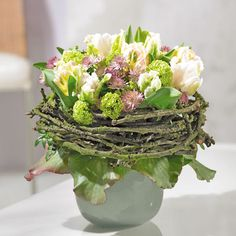 Tulips Bouquet: Spring messengers for your home tulips with apple twig Deko mit Naturmaterialien Ikebana, Love Flowers, Fresh Flowers, Spring Flowers, Tulip Bouquet, Bouquet Wrap, Raindrops And Roses, Deco Floral, Garden Care