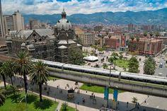 Medellín. Actualmente es un vibrante destino para viajeros que buscan unas vacaciones llenas de cultura. Medellín se erige orgullosa sobre el Valle de Aburrá y su belleza natural la convierte en el entorno ideal para hacer senderismo, tirolina y montar a caballo.