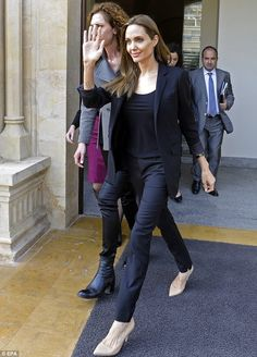 Stylish: Angelina Jolie looked chic in an all-black outfit with nude heels for the outing Award Show Dresses, Angelina Jolie Style, Celebrity Casual Outfits, All Black Outfit, Nude Heels, Celebrity Hairstyles, Fashion Books, Jeans, Celebs