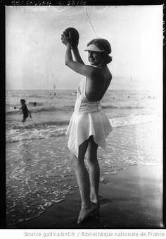 Deauville été 1928 : baigneuse : photographie de presse / Agence Meurisse