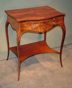 A fine quality mid 18th Century Hepplewhite period Dressing Table in the French manner having quarter veneered mahogany lift-up top revealing crossbanded lidded compartments. The Table having satinwood panelled frieze with dummy brushing slide and drawer, raised on elegant cabriole legs joined by concave platform. Circa: 1775