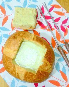 Uma opção super romântica para o Dia dos Namorados é o fondue. Pode não parecer, mas esta versão de gorgonzola (que pode ir à mesa dentro de um pão italiano) é super fácil de preparar, fica pronta …