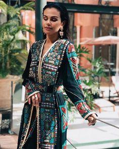 Zoom in on this amazing Caftan by w/ ✨😍 Morrocan Dress, Moroccan Caftan, Modesty Fashion, Fashion Dresses, Arabic Dress, Middle Eastern Fashion, Arab Fashion, Fashion Women, Afghan Dresses