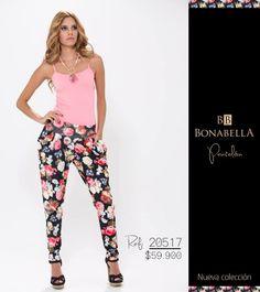 Los estampados en flores siguen en su furor, combina este pantalón con una blusa de fondo entero para que te veas espectacular.