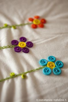 How to sew flower buttons.Another cute embellishment option for apronsBeen sewing some t-shirts lately to get ready for this summer. I love flowers and buttons so I decided to create something with both :)Buttons used as flower petals on your sewing Embroidery On Kurtis, Kurti Embroidery Design, Embroidery Suits, Hand Embroidery Stitches, Hand Embroidery Designs, Beaded Embroidery, Embroidery Patterns, Sewing Patterns, Sewing Hacks
