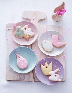 Mit Zuckerguss verziert, schmecken die Kekse himmlisch und schmücken als Anhänger den Osterzweig.