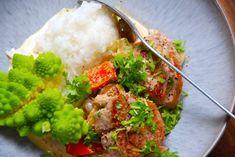 Her er en hurtig opskrift på svinemørbrad med champignonsovs, som du kan lave færdig på 15 minutter. Serveres med kogte ris og dampet romanesco, blomkål eller broccoli.  Svinemørbrad med champignonsovs er en dansk klassiker, som er