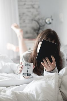 """Post sobre uma parceria incrível entre a Kobo e o Blog Serendipity.  Mulher deitada na cama segurando um Kobo (e-reader) com uma mão e uma caneca com a frase """"Books, tea & more books"""" na outra. Decoração clean com itens brancos."""