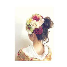 お色直しスタイルの後ろです 赤や緑の差し色が目立つので、前から見た印象と少し違う感じがします❣️ 色打掛けの柄に赤、オレンジ、ブルー、ゴールドが入っているので髪飾りの華やかさとと相性バツグンなのが嬉しかった⭐️ せっせとお花をつけてくださったヘアメイクさん、大変だっただろうなぁとても頼れる方に担当して頂けてよかったです! #和装前撮り#和装ヘアアレンジ#和装ヘア#ヘアアレンジ#アレンジ#髪飾り#生花#お色直し#プレ花嫁#ウィッグ#前髪#ヘアスタイル#撮影#前撮り#着物#色打掛け#色打ち掛け#TVB