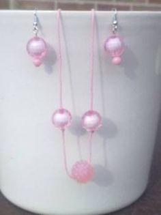 Roze wax koord (schuifsluiting) met 3 kralen: 5 € Oorbellen : 3€