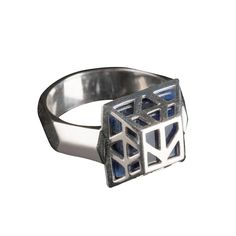 This authentically detailed ring is a replica of the one worn by Thorin Oakenshield in the motion picture The Hobbit:…