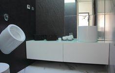 Design bathroom with UNU basin from Sanindusa. WCA urinal also from Sanindusa. Black and white decor.