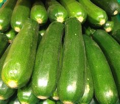 ZUCCHINI NUTRITION FACTS Zucchini squash (courgette) is one of the most popular summer squashes in Americas and Europe. Like in other gourd vegetables, it also belongs in the Cucurbitaceae (Cucurbita-pepo) family of vegetables. Parmesan Zucchini Chips, Bake Zucchini, Zucchini Squash, Fried Zucchini, Zucchini Health Benefits, Starchy Vegetables, Low Carb Vegetables, Veggies, Immune System