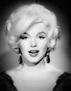 💋Marilyn Monroe ~*❥*~💋 Black & White photo of she looks really pretty :) Rare Marilyn Monroe, Marilyn Monroe Photos, Classic Hollywood, Old Hollywood, Divas, Cinema Tv, Greta, Actrices Hollywood, Marlene Dietrich
