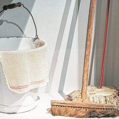 Putzlappen, Besen und Eimer stehen symbolisch für die schwäbische Kehrwoche