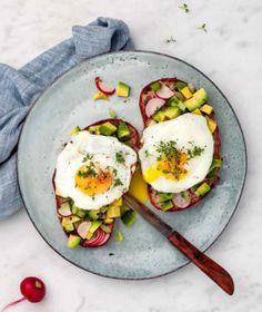 Avokádo je u nás stále dost nedoceněná surovina. Pokud před ním máte pořád respekt a nevíte, jak ho nejlépe upravit, máme pro vás pár skvělých receptů i tipů. Avocado Egg, Low Carb, Eggs, Breakfast, Food, Respect, Morning Coffee, Essen, Egg
