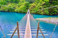 """日本にはたくさんの吊り橋がありますが、 その中でも""""夢の吊り橋""""と呼ばれる静岡県にある秘境をご存知でしょうか? ターコイズブルーに透き通る湖上に掛かる吊り橋。 そんな""""夢の吊り橋""""をご紹介していきます♪"""