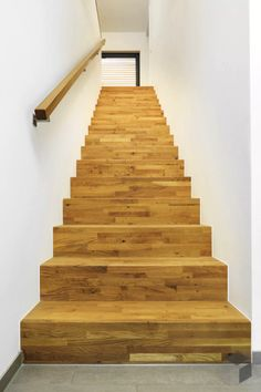 treppe innen massiv mit holz stufen handlauf gemauert architektur detail eco giebelhaus. Black Bedroom Furniture Sets. Home Design Ideas
