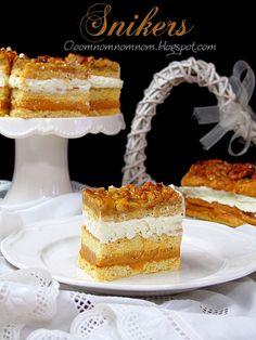 Ooomnomnomnom !: Snikers - pyszne ciasto z masą kajmakową, kremem śmietanowym i orzechami w miodzie. Nasze ulubione :)