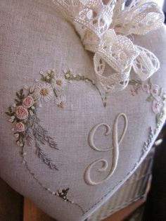 Elizabeth hand embroidery: A new palette for flowers Embroidery Hearts, Embroidery Monogram, Silk Ribbon Embroidery, Floral Embroidery, Embroidery Stitches, Embroidery Patterns, Hand Embroidery, Lace Beadwork, Decorative Hand Towels