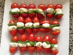Lekker gezond hapje cherry tomaatjes mozzarella vers basilicum en Italiaanse kruiden