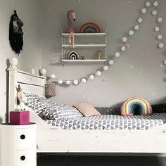 GOOD MORNING Wir wünschen euch einen sonnigen und erholsamen Sonntag!  Wir gehen jetzt zu Freunden frühstücken - wie startet ihr in den Tag?  Wundervolles Foto von  @interiordame  #sundaymood #sonntag #gutenmorgen #grey #white #kinderzimmer #bettt #lichter #stringlights #weiss #regal #stringfurniture #toniebox #tonies #rainbow #pillow #regenbogen #flamingo #pink #kidsroom #goodmorning #brunch #interiordesign #zuhause #sunny #home