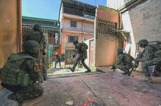 Operators from the Philippine Army's Light Reaction Regiment maneuvering inside the Main Battle Area during the Battle of Marawi. Light Reaction, Philippine Army, Military Operations, War Photography, Military Equipment, Filipina, Special Forces, Warfare, High Quality Images