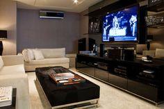 home theater escuro - Christina Hamoui - Casa Vogue Apartamento no Ibirapuera (SP)