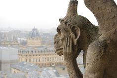 http://elpachinko.com/viajes-paris/notre-dame-colas-gargolas/  Colas y gárgolas en Notre Dame de París
