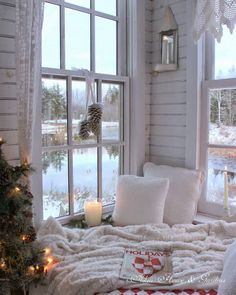 This Christmasy cozy corner is the perfect reading nook for winter! We love book nooks with windows like this. Cozy Nook, Cozy Corner, Cosy Reading Corner, Home And Deco, Book Nooks, Reading Nooks, My New Room, Cozy House, Cozy Cottage