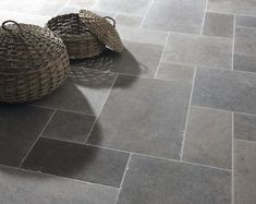 Classic London Grey Mix Tumbled limestone tiles from Mandarin Stone. A striking blend of light to dark grey tones that work well in traditional or modern environments. A smooth, satin-like surface and slightly antique edges combine perfectly. Grey Floor Tiles, Bathroom Floor Tiles, Kitchen Tiles, Kitchen Flooring, New Kitchen, Slate Floor Kitchen, Bathroom Grey, Tile Floor Patterns, Entryway Tile Floor